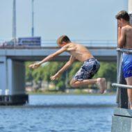 Zwemmen in de Oude Rijn kan 140 euro boete opleveren