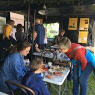 Romeinse vondsten tussen de fietsers: archeologen in Zwammerdam tijdens de Hollandse Limes Classic